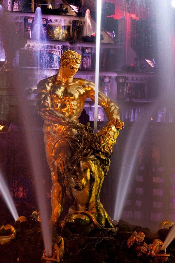 Самсон, разрывающий пасть льву - самый большой фонтан в Большом каскаде Петергофа