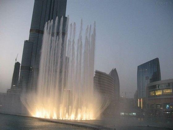 Высота фонтана у башни «Бурдж-Халиф» в Дубаи 275 метров