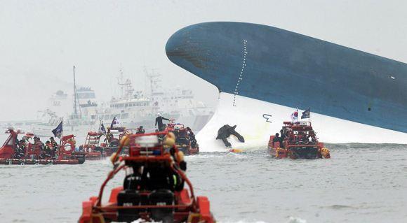 На борту затонувшего парома могут оставаться живые люди