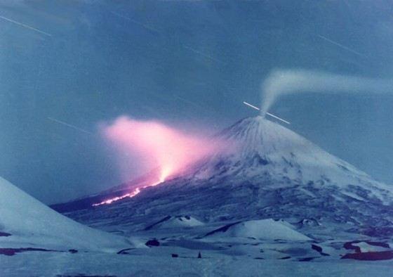 У самого большого действующего вулкана в России есть побочные кратеры