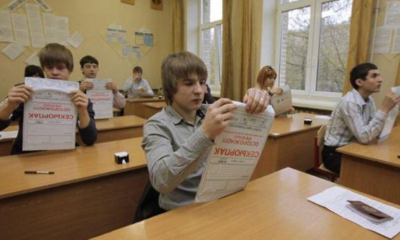 Выпускники российских школ в понедельник начнут сдавать ЕГЭ