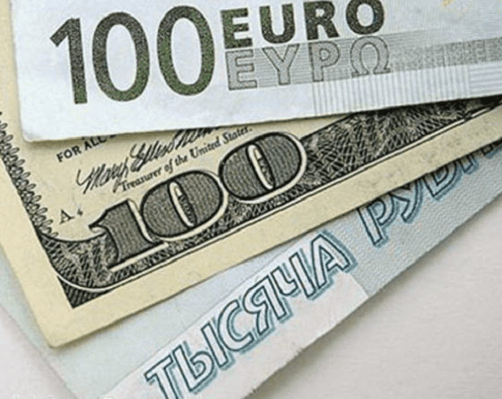 Рубль понизился к евро, но сохраняет стабильность к доллару