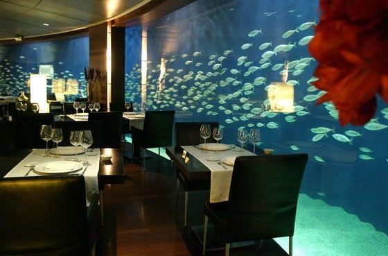 Подо дном бассейна морской мир Ushaka находится ресторан