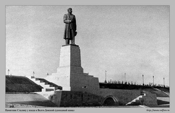Огромный памятник Сталину стоял в Волгограде