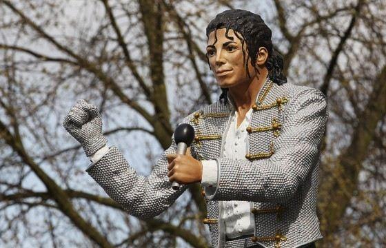 Памятник Майклу Джексону не только очень большой, но и очень уродливый