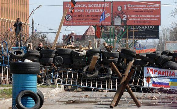 В Луганске открыли огонь по штурмующим военкомат сторонникам федерализации