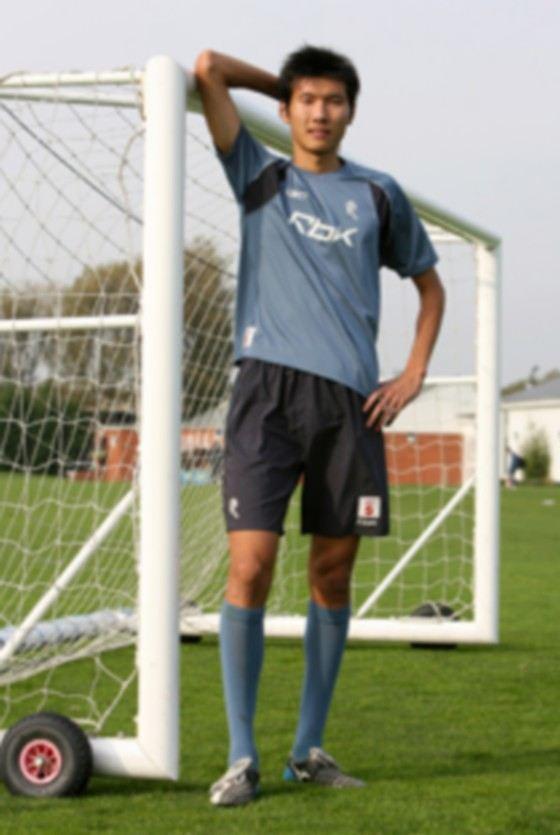 Рост самого высокого в мире китайского футболиста Янга Чана 206 см