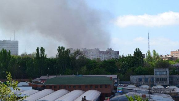 Очевидцы сообщают о пожаре в здании мэрии Мариуполя