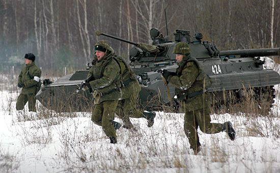 Минобороны хочет довести число контрактников в армии до полумиллиона человек