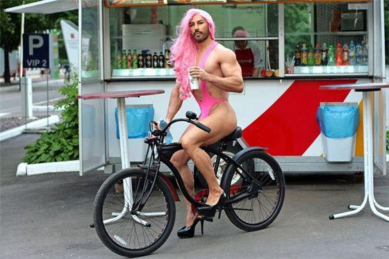 Бородатая девушка с розовыми волосами