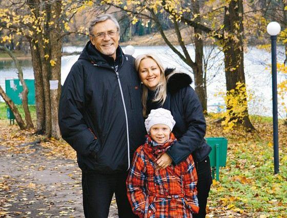 Александр Михайлов с женой и дочерью