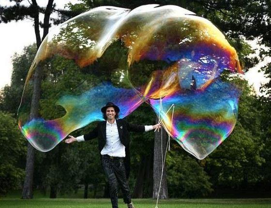 Гигантские мыльные пузыри надувают при помощи двух палочек и веревки