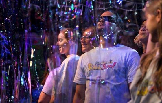 Фан Янг из Канады надувает волшебные мыльные пузыри