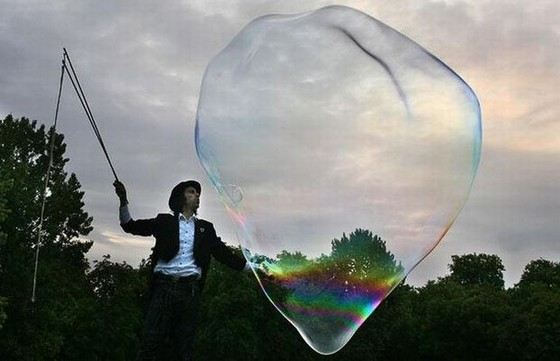 Компания «Beeboo Big Bubble Mix» ставила рекорды по надуванию огромных мыльных пузырей