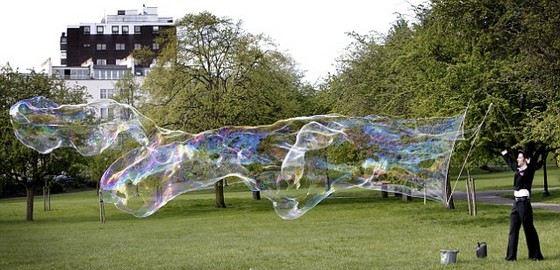 Сэм Хит надул самый большой мыльный пузырь в мире