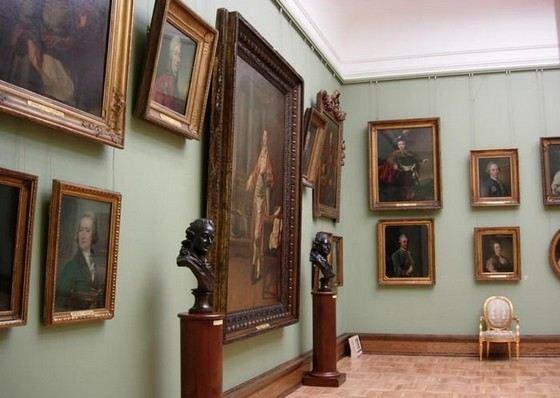 В Третьяковской галерее много огромных картин