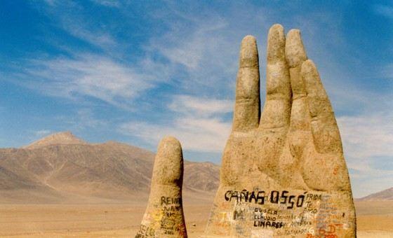 Скульптура руки в самой сухой пустыне Атакама