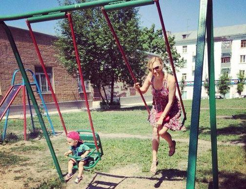 Ольга Гажиенко катается с сыном на качелях