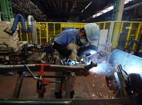 Toyota при сборке машин заменит часть роботов людьми