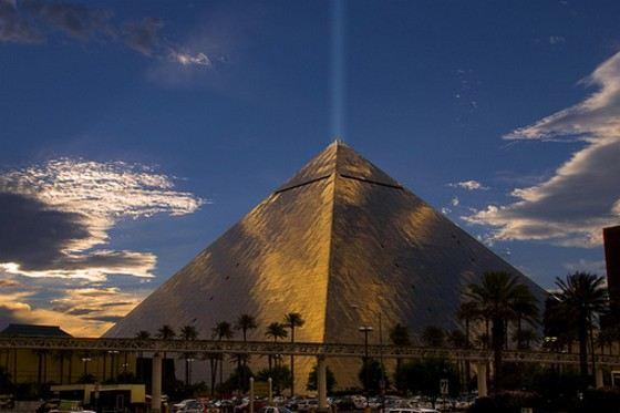 Отель «Люксор» копирует форму великих пирамид