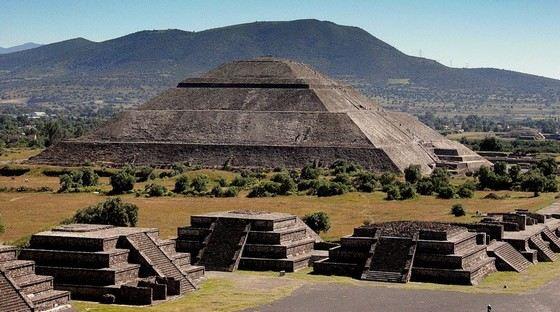 В Теотиуакане в Мексике находится знаменитая пирамида Солнца