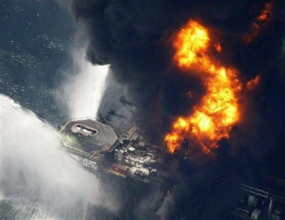 Взрыв нефтяной платформы в Мексиканском заливе и последующий разлив нефти - самая страшная катастрофа в истории человечества