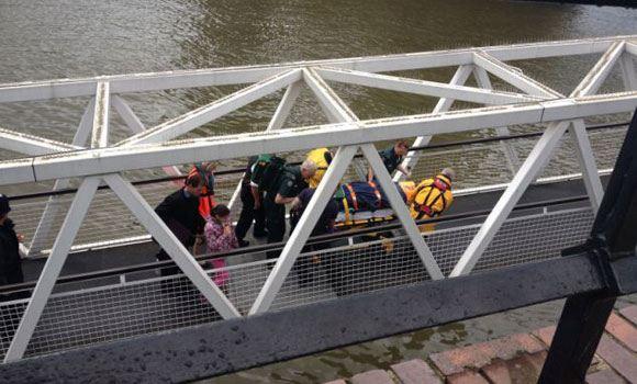 В Лондоне судно врезалось в мост: девять человек пострадали