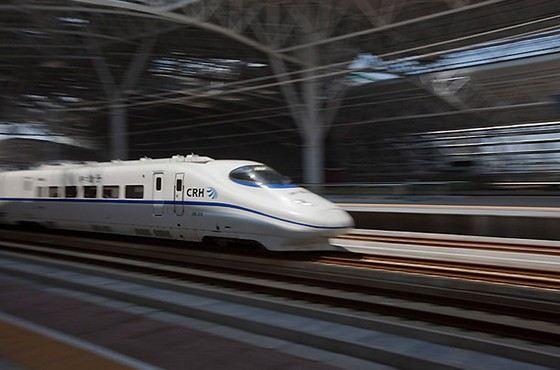 На длинной участке скоростной дороги поезда ездят со скорость от 300 км/ч