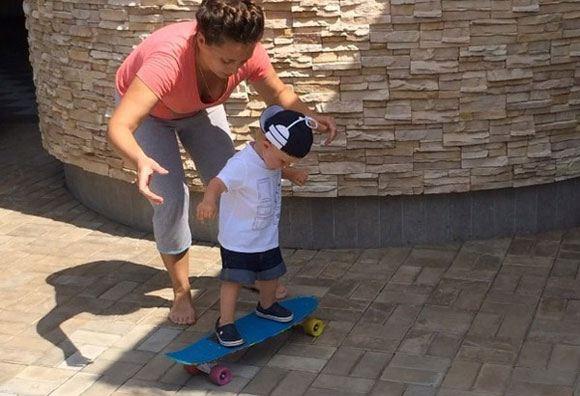 Сын Рудковской и Плющенко ловко держится на скейтборде