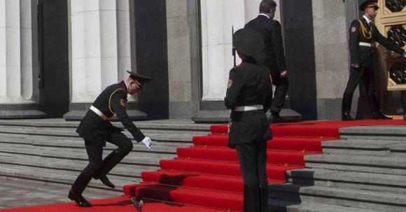 Солдат почетного караула выронил карабин во время инаугурации Порошенко