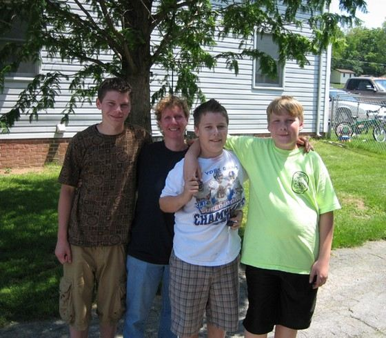 Джордан Браун со своими друзьями до того, как его посадили