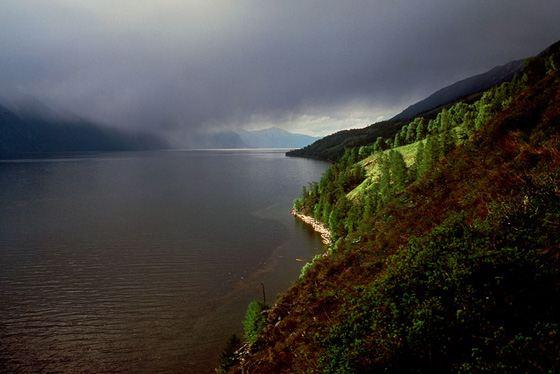 Телецкое озеро - одно из самых глубоких озер России