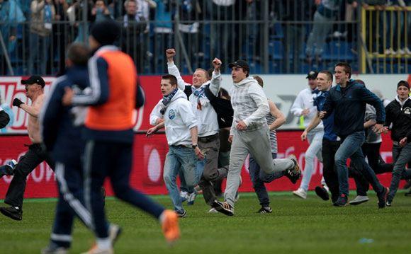 Фанаты «Зенита» выбежали на поле в матче с «Динамо»