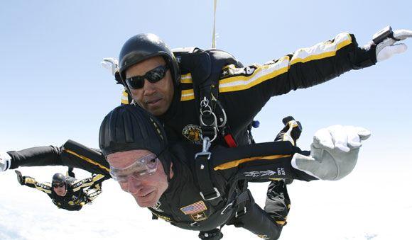 Буш-старший решил по традиции прыгнуть с парашютом в свой день рождения