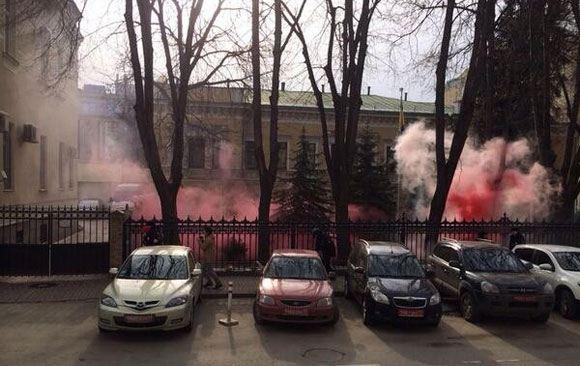 «Лимоновцы» забросали посольство Украины в Москве дымовыми шашками