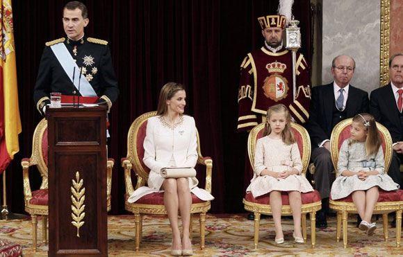 Король Испании Фелипе VI принес присягу на Конституции страны