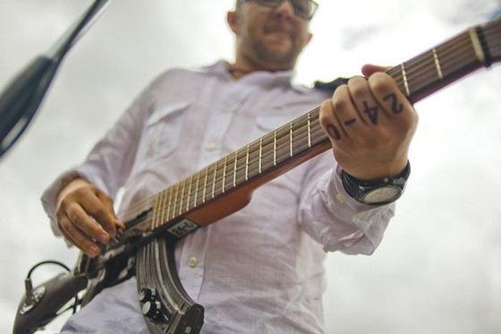 Гитара, сделанная из автомата Калашникова