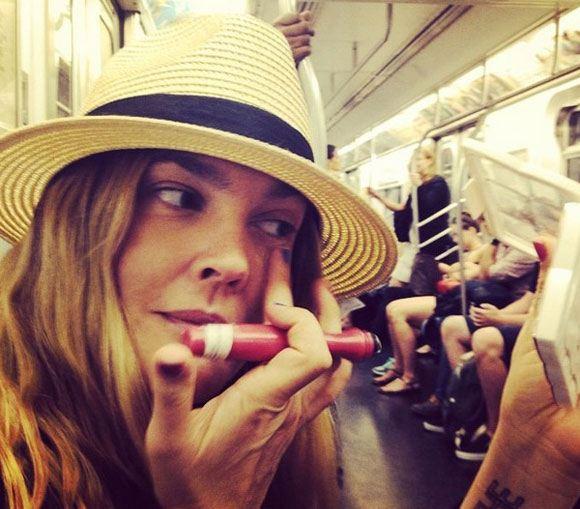 Дрю Бэрримор красится в метро