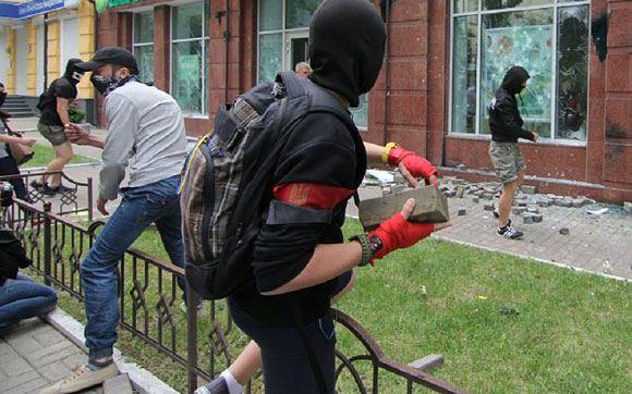 Радикалы в масках разгромили отделение «Сбербанка» в Киеве