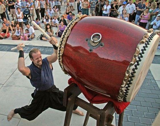 Огромные барабаны называются «тайко»
