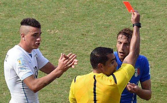 Удаление с поля Клаудио Маркизио помогло Уругваю обыграть Италию