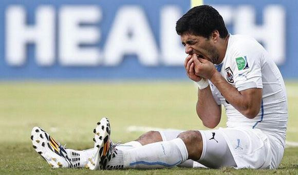 Нападающий сборной Уругвая Суарес был дисквалифицирован на девять игр