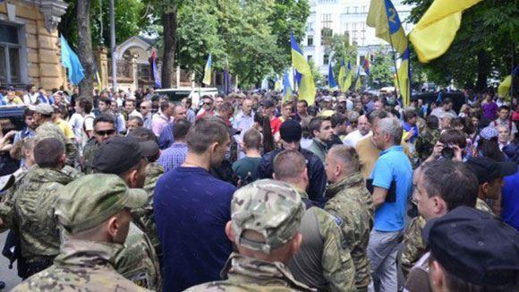 Митингующие в Киеве требуют ввести военное положение на востоке Украины