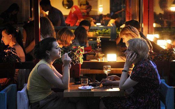 В Госдуму внесен законопроект, разрешающий курить на террасах у кафе