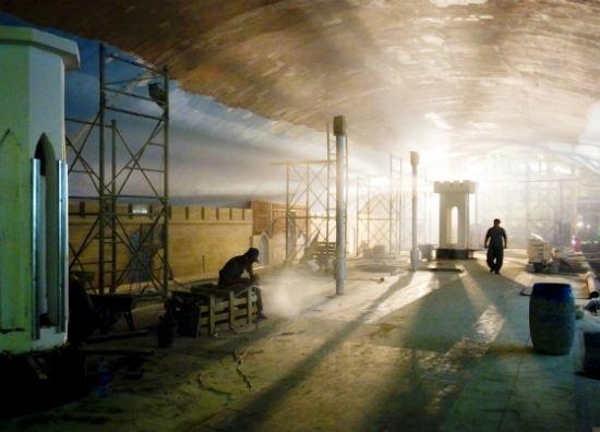 На строящейся станции метро уже укладывают пути