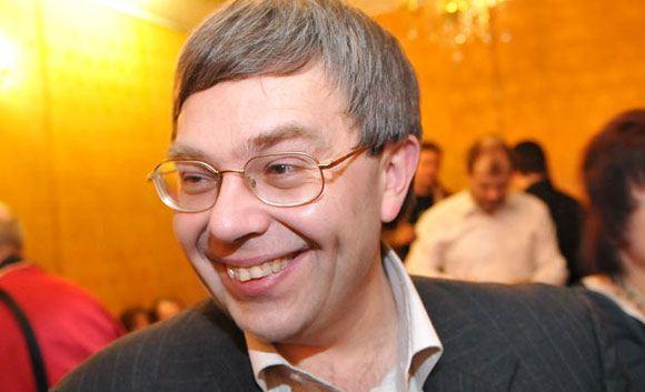 Поэта Максима Амелина задержали за курение на улице