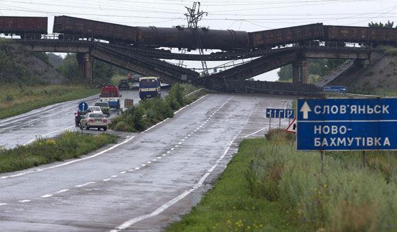Взорван железнодорожный мост, проходящий над дорогой из Славянска в Донецк