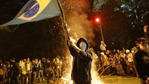 Бразильские фанаты устраивают беспорядки на улицах после поражения сборной страны