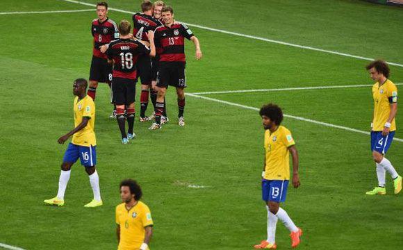Футболисты Бразилии извинились перед фанатами за разгромное поражение