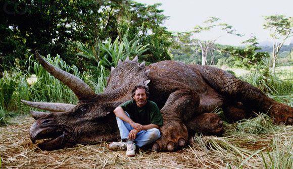 Спилберга, сфотографированного у макета динозавра, назвали убийцей животных